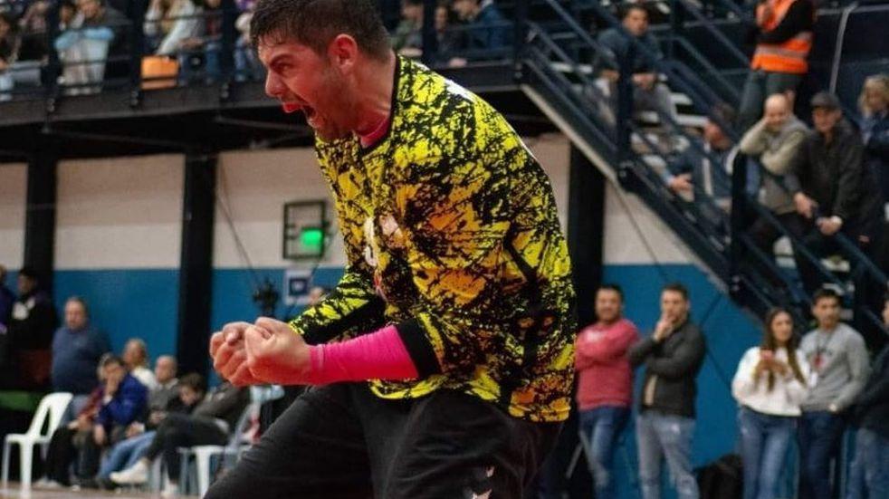 Moisés Agustín Pérez quien fuera brutalmente atacado por una patota a la salida de una fiesta en Chacras es arquero del equipo de handball de Maipú.