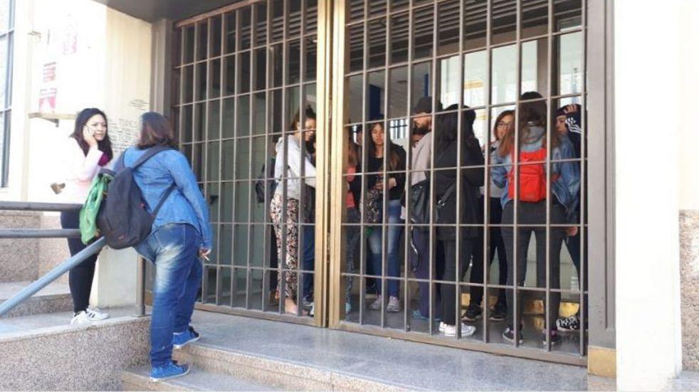 Alumnos universitarios tomaron el Rectorado en repudio al ajuste