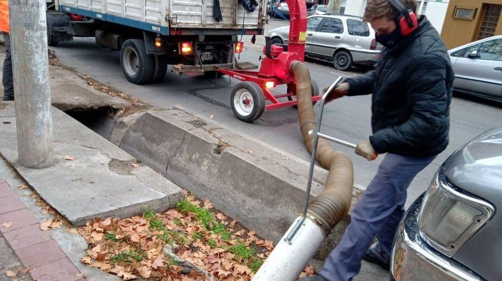 La comuna adquirió dos grandes aspiradoras y trituradoras para limpieza de acequias