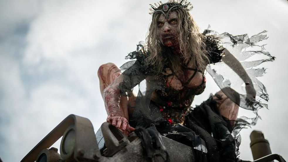 """""""El ejército de los muertos"""": quién es Athena Perample, la reina zombi"""