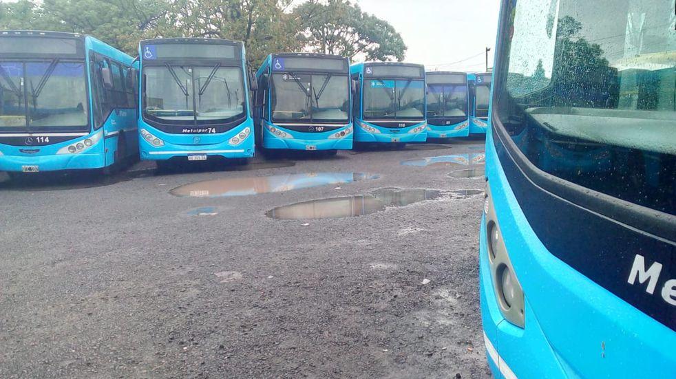 Los ómnibus no salieron a la calle durante la mañana debido a la medida de fuerza. (@somosrosariook)