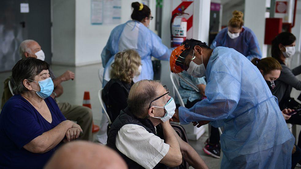 """La OMS alerta que el mundo se acerca a """"la tasa de infección más alta en la pandemia"""""""