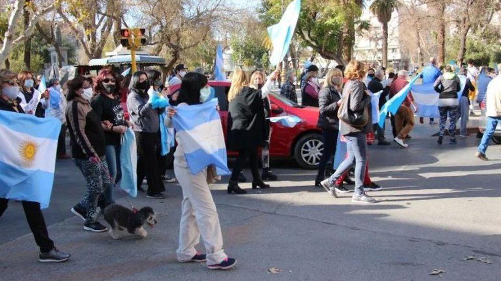 Banderazo y bocinazo contra el gobierno de Alberto en la plaza 25