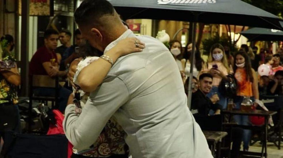 Ocurrió en San Juan: le propuso compromiso a su novia con carteles y coreografía en la peatonal