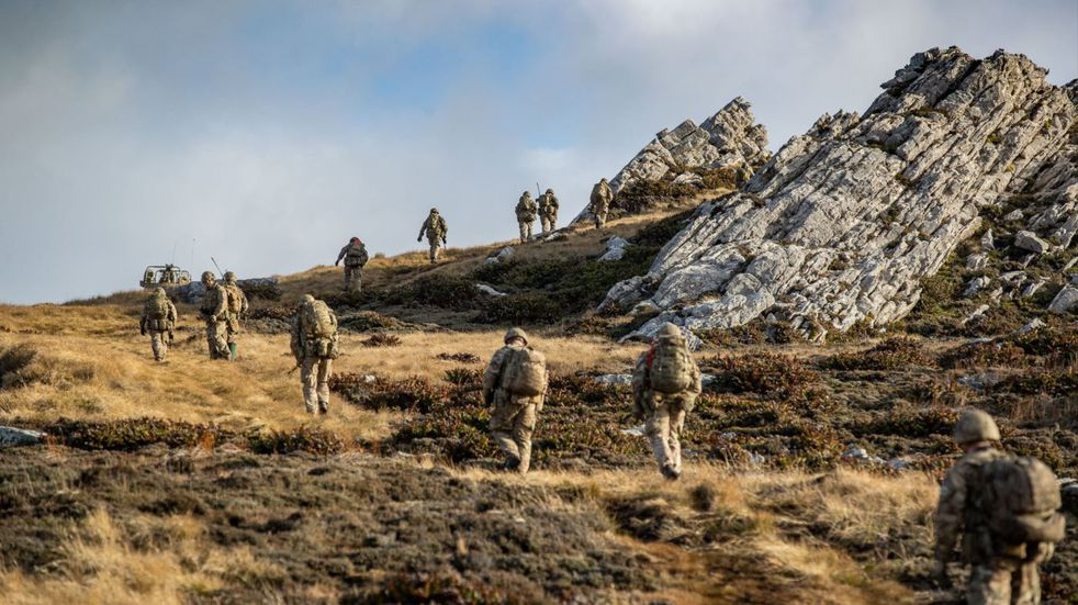 Malvinas: las tropas desplegadas en las islas realizaron ejercicios militares