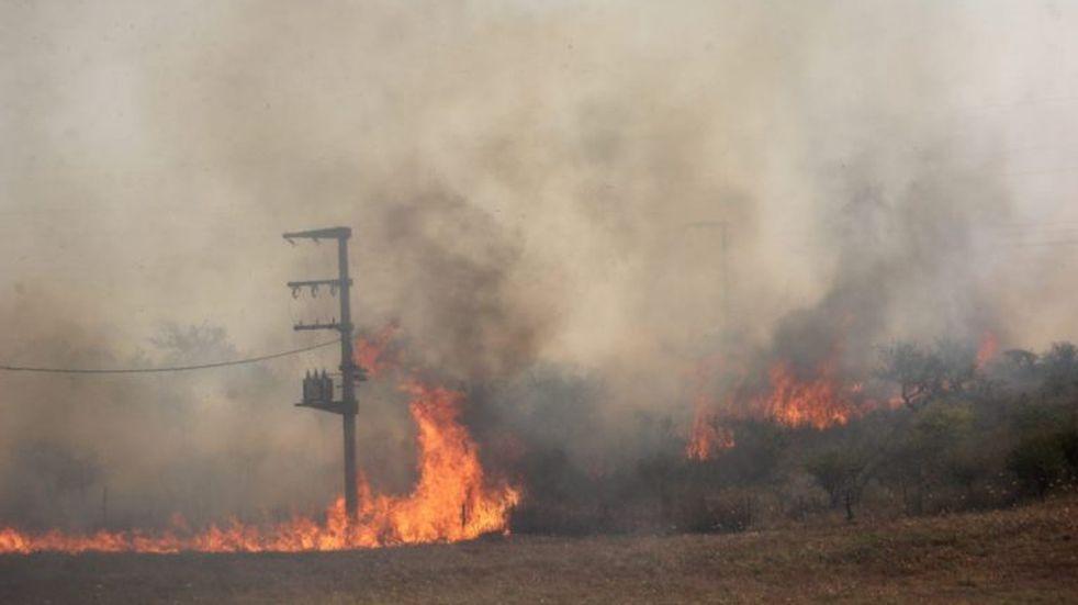 Calamuchita: 60 bomberos combaten un incendio en la localidad de Lutti