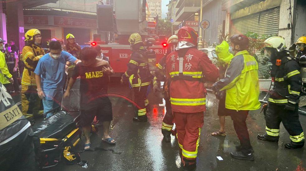 El trabajo de los bomberos por el incendio en Taiwán (DPA).