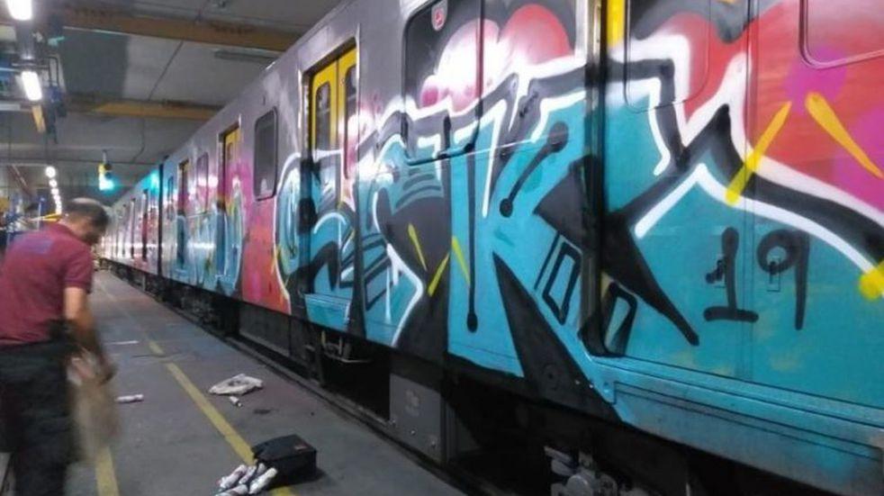 Una banda de grafiteros pintó vagones del subte y golpeó a empleados en los talleres de Parque Patricios