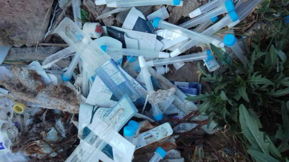 Encontraron tests rápidos de coronavirus usados cerca del aeropuerto de Roca