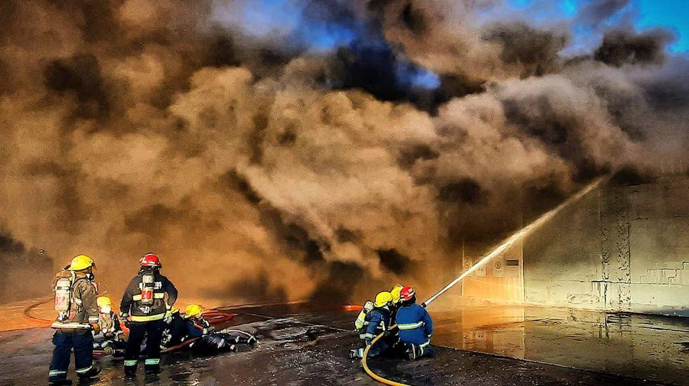 Arroyito: 10 dotaciones y 12 horas de trabajo para sofocar un incendio estructural