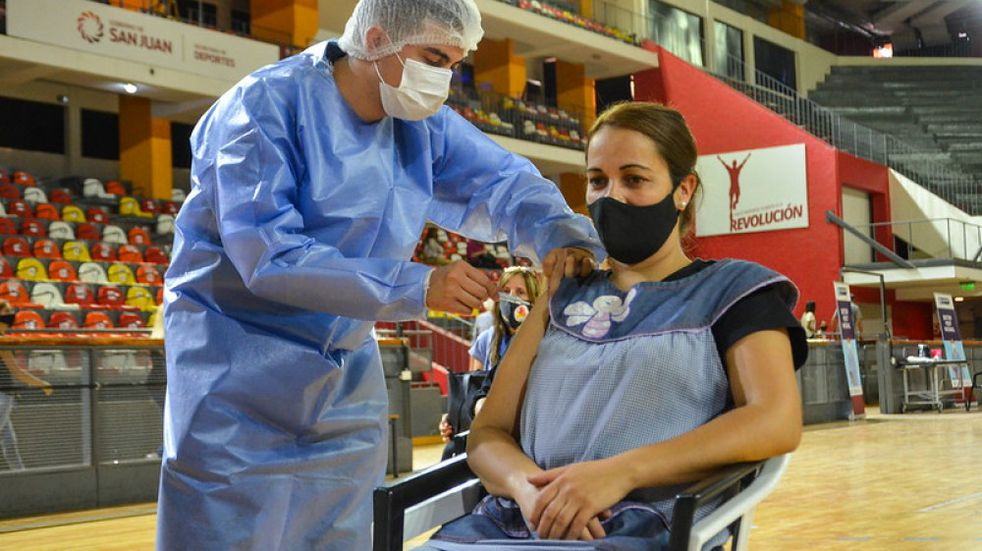 La semana que viene comenzarán a vacunar a los mayores de 18 años sin comorbilidades en San Juan