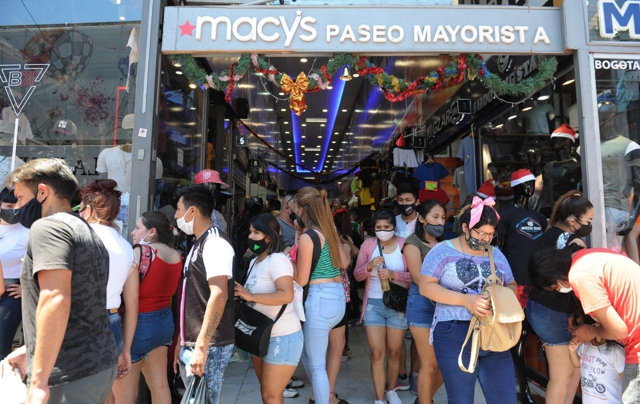 Colapso de personas en el barrio porteño de Flores por las compras navideñas. Foto: Clarín.