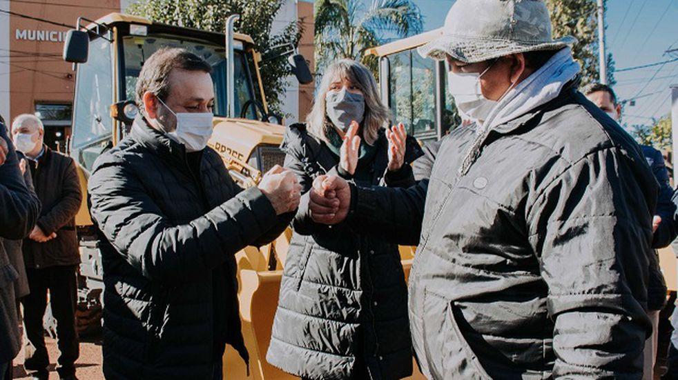 Santa Ana: el gobernador Herrera Ahuad hizo entrega de maquinaria vial