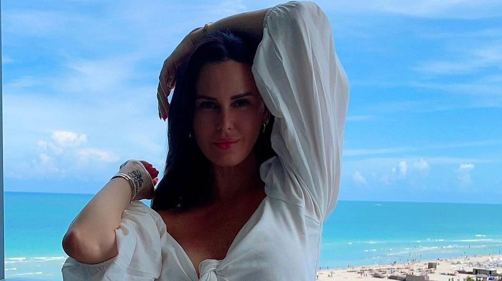 "Natalie Weber se lució frente al espejo con una micro bikini estilo ""taparrabos"""