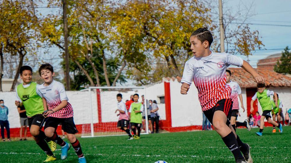 El Club Huracán Las Heras inauguró dos canchas para más de 400 chicos del departamento