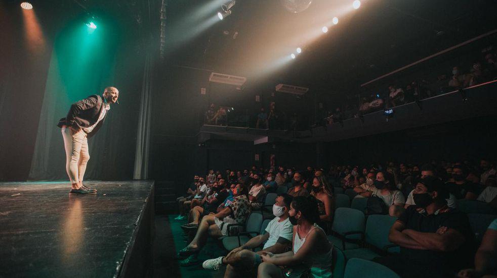 Navidad con debut teatral: Camilo Nicolás inauguró la temporada a sala llena en Carlos Paz