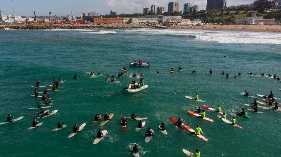 Conmovedor homenaje de surfistas de Mar del Plata a Carlos Di Pace