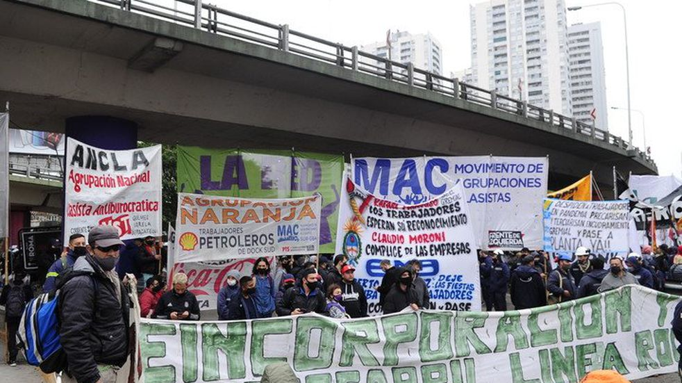 Los manifestantes que reclaman ser reincorporados a sus puestos laborales. Foto Clarín.