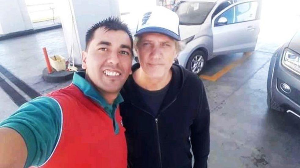 Charly Alberti pasó por La Pampa y se fotografió con los playeros de una estación de servicios