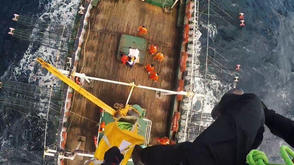 Rescate aéreo en el mar: Prefectura evacuó a un tripulante herido que debía ser atendido de urgencia