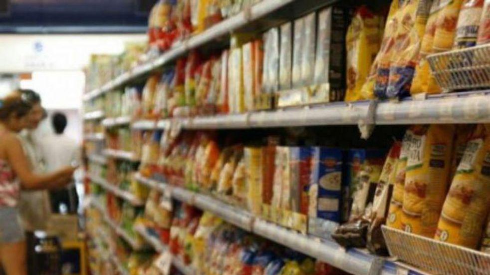 Grandes colas de personas en los supermercados