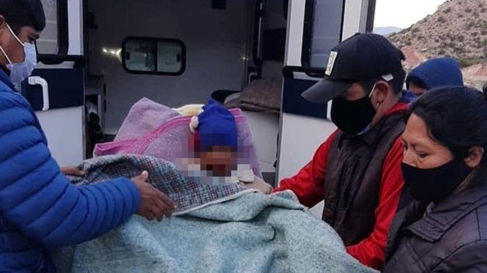 Su hijo se accidentó y lo llevaron en andas por una hora para encontrar atención médica