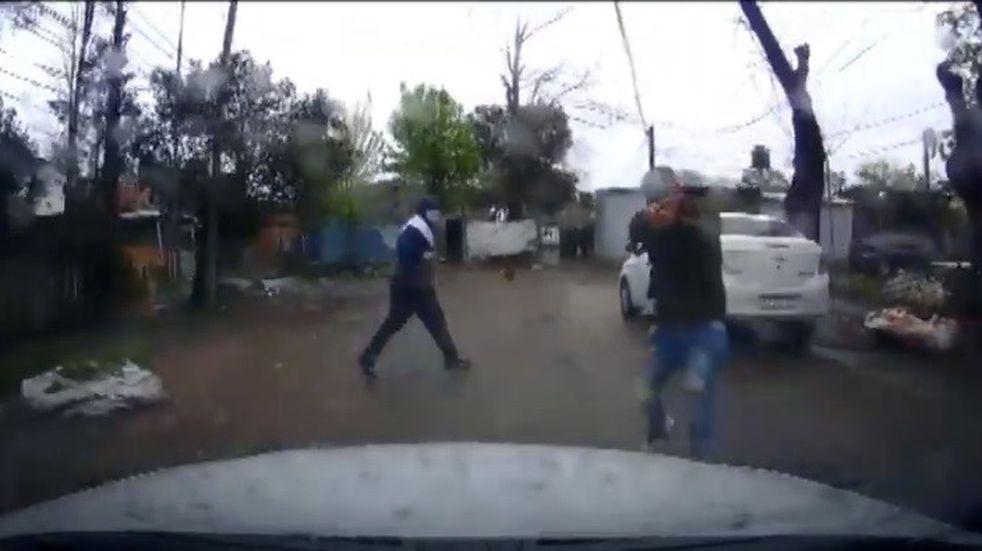 En Adolfo Sordeaux, dos delincuentes le robaron a un hombre que llegaba a su casa y le apuntaron con el arma pero no dispararon (Captura Youtube)