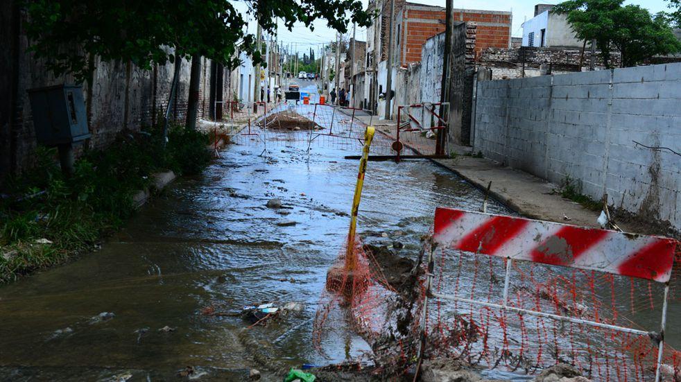 Desborde cloacal en barrio Alberdi, calle Arturo Orgaz al 600.  Un caño de cloacas roto ocasionó un río de aguas servidas en la zona. ( José Gabriel Hernández)