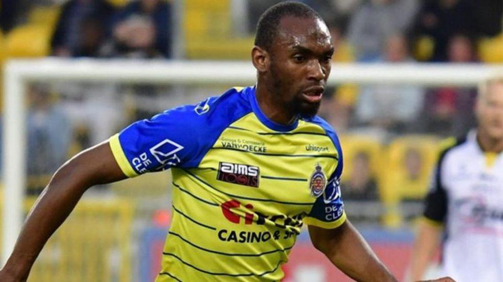 Un futbolista fue anunciado en dos clubes distintos con 15 minutos de diferencia
