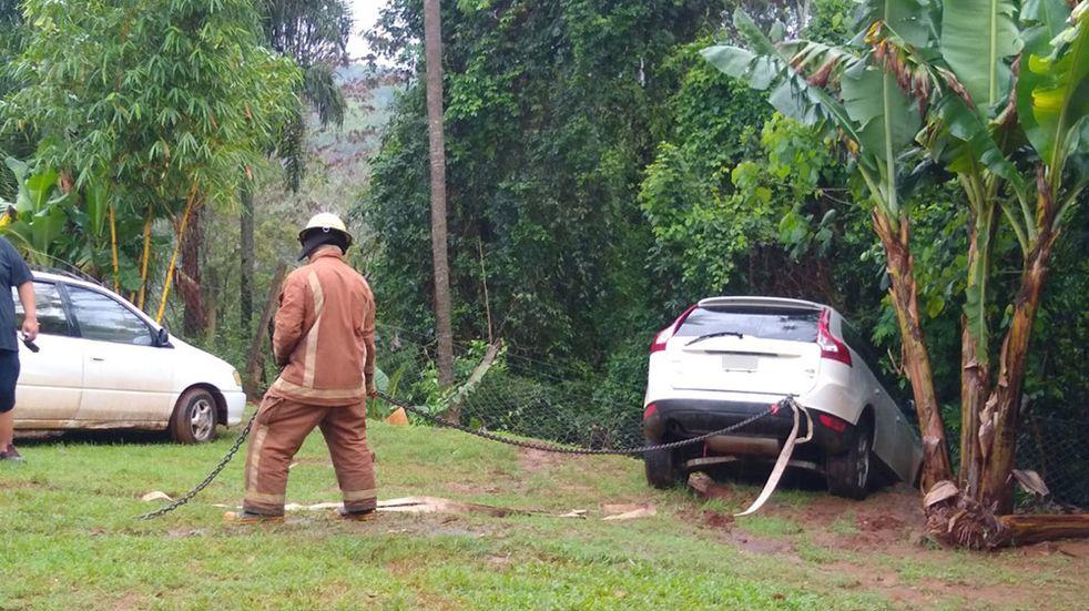 Los Bomberos Voluntarios lograron retirar el vehículo sin ningún daño.