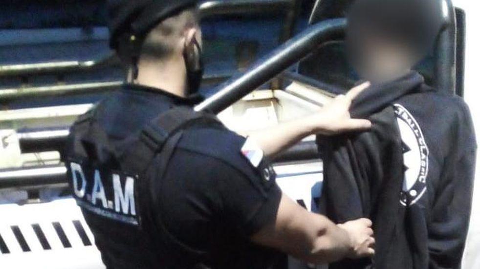 Efectivos policiales detuvieron a un joven tras robar en un local comercial en Posadas.