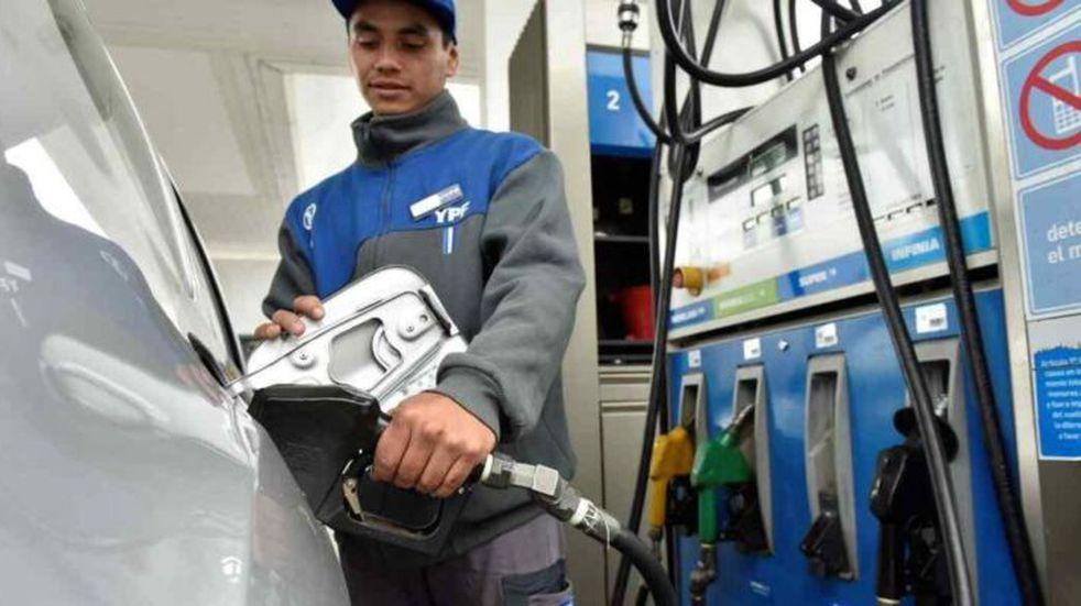 Subió el combustible otra vez: cuáles son los precios en YPF y Shell
