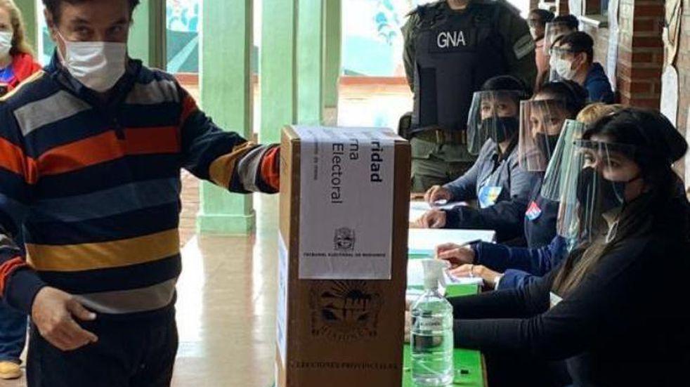 El Presidente de la Cámara de Diputados de la provincia de Misiones, Dr. Carlos Eduardo Rovira, emitió su voto.