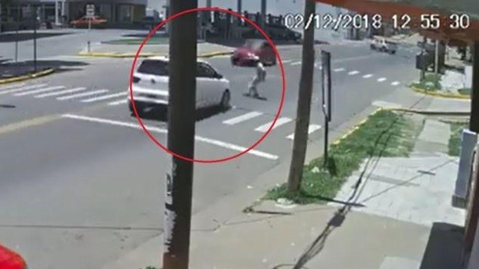 Se arrojó encima de un auto y huyó antes de ser atendido en el hospital