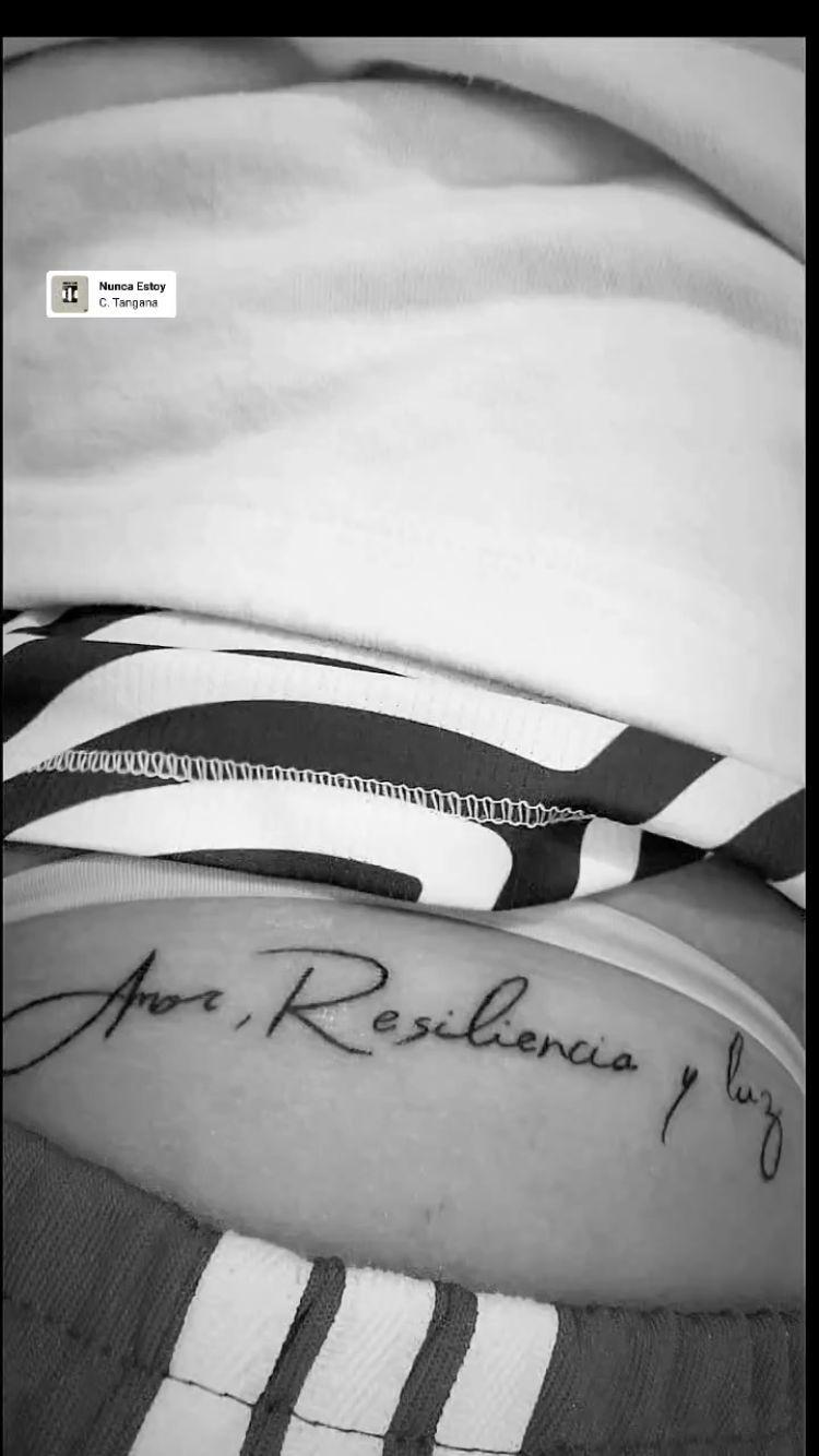 """""""Amor, resiliencia y luz"""", reza uno de los tatuajes de la """"Pantera""""."""