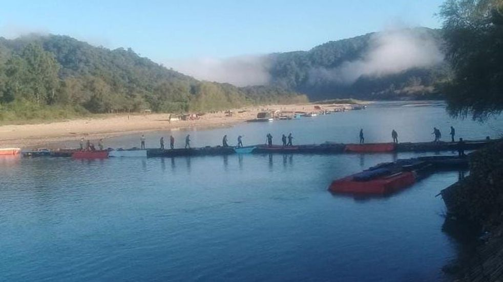 Construyeron un puente de gomones para cruzar la frontera argentino boliviana desde Salta
