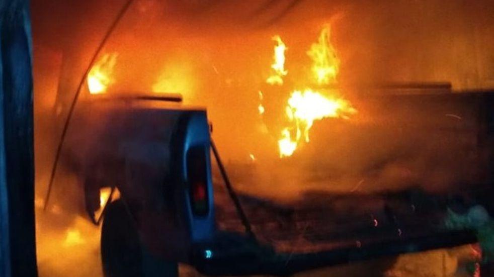 Se prendió fuego una camioneta en Villa Floresta