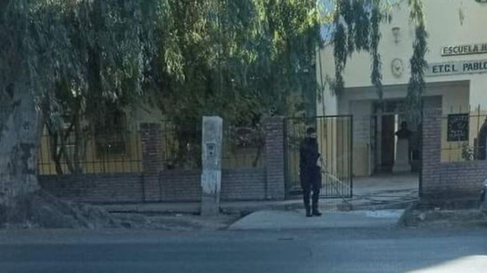 La imagen de un policía sanjuanino limpiando la vereda de una escuela que se hizo viral
