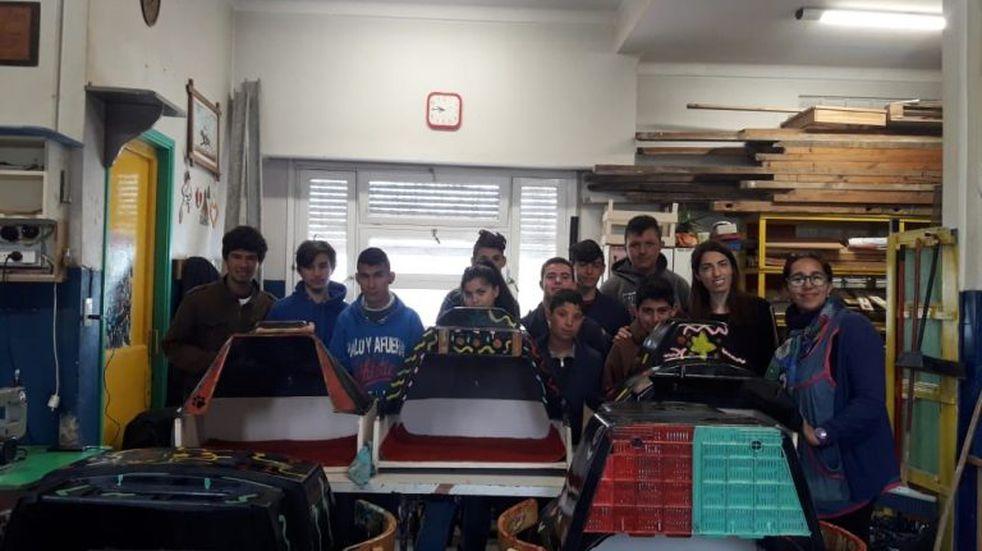 Alumnos de la Escuela 501 entregaron cuchas a Pacma que ellos mismos construyeron