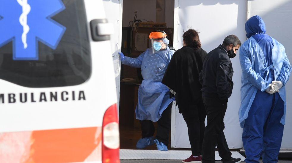 El hospital San Antonio de Padua de Río Cuarto y su carpa prehospitalaria para pacientes con síntomas.