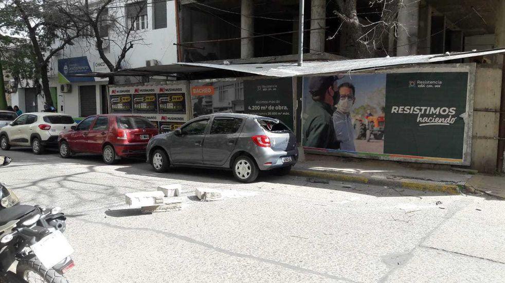 En pleno centro de Resistencia una mampostería de una obra en construcción cayó sobre un auto