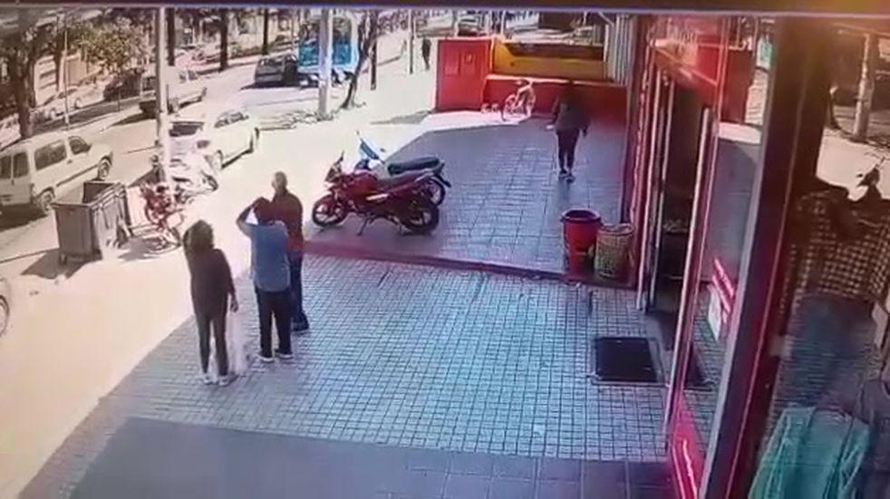 Increíble accidente en Córdoba: un Policía impactó a alta velocidad contra un trolebus