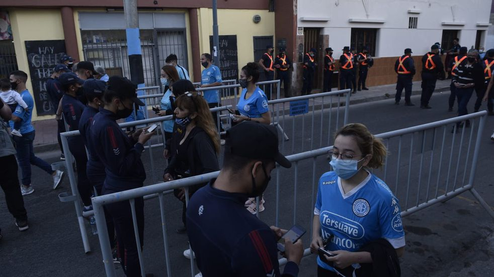 Desde temprano, los Piratas comenzaron a cubrir el lugar disponible en el estadio de Belgrano. (Facundo Luque / La Voz).