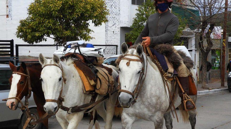 Emprendió una travesía a caballo por todo el país y este lunes fue recibido por el intendente de Tanti