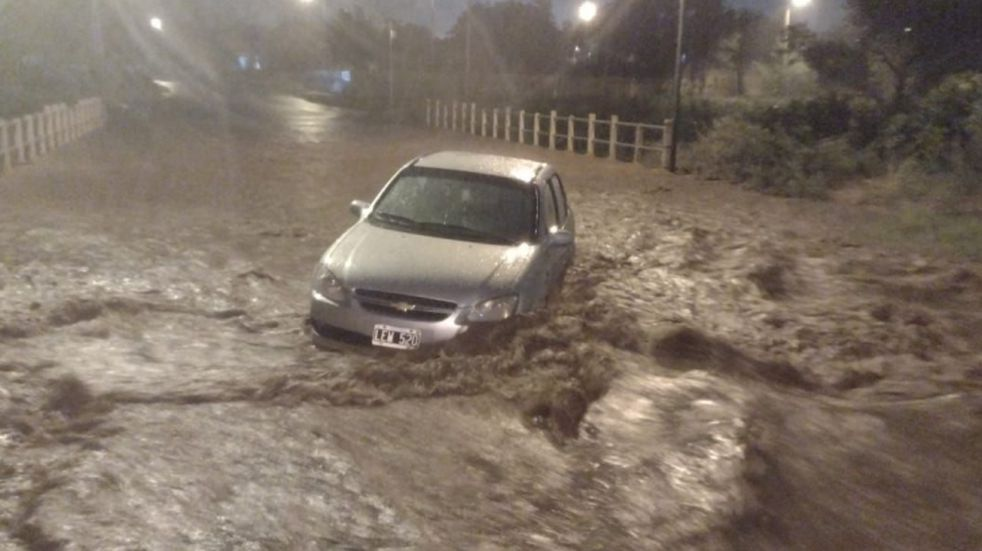 Intensas precipitaciones en La Rioja provocaron el desborde de agua en las calles y afectó a varios autos