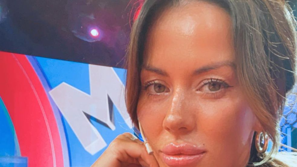 Con vestido corto y un impactante escote, Karina Jelinek deslumbró a los televidentes