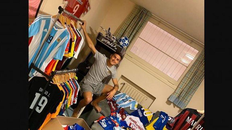 La camiseta de un jugador de Talleres entre las del museo de Paulo Dybala