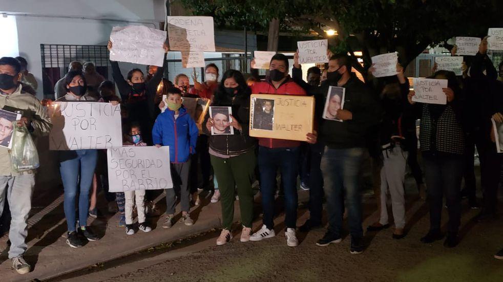Marcha con velas en barrio José Hernández para reclamar justicia por Walter Leyva