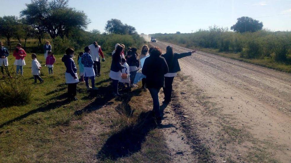 Escarapelas en ruta de Corrientes: alumnos de una escuela rural salieron a repartir la enseña patria