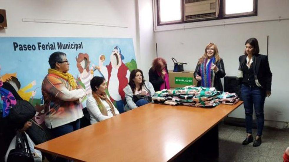 Entregaron telas de raso a distintos emprendedores textiles de la ciudad